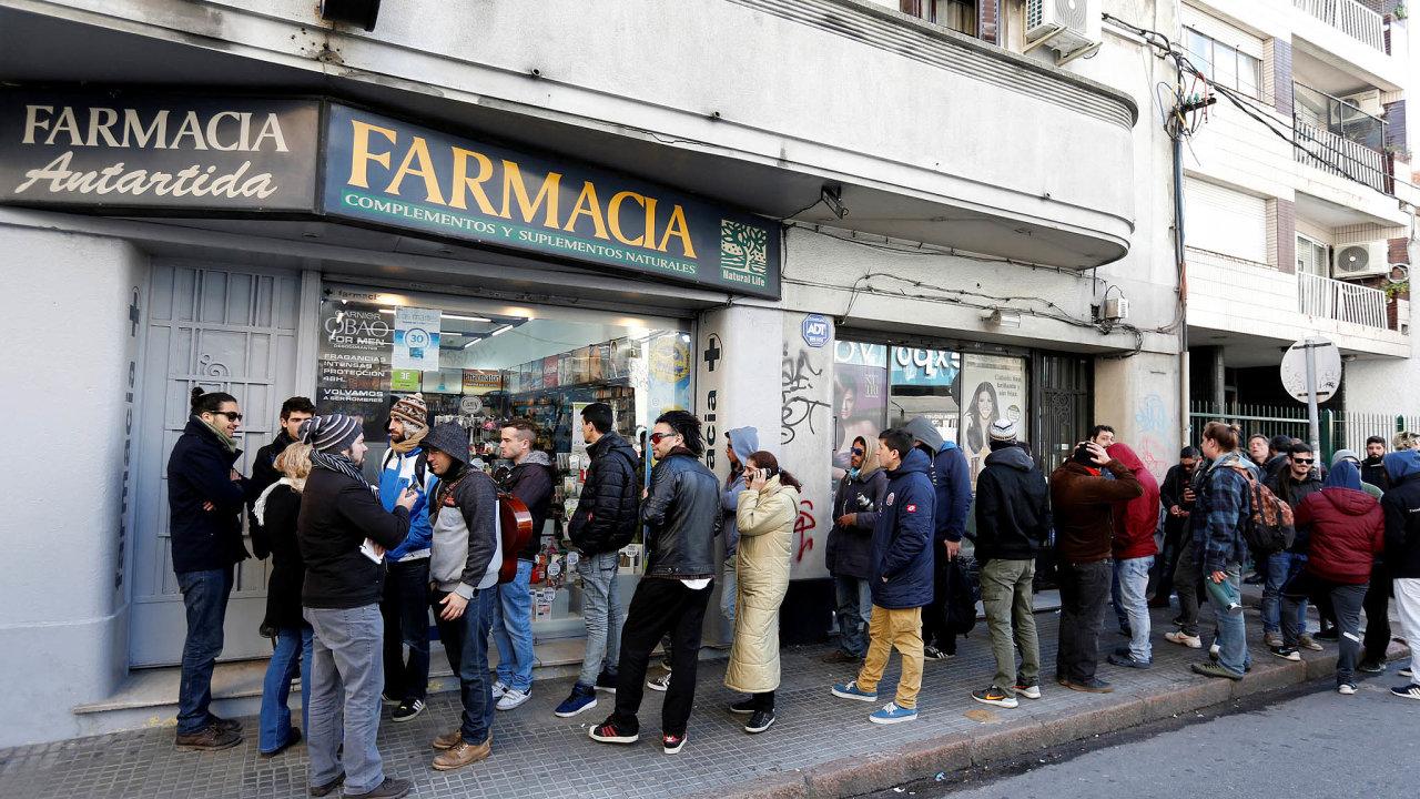Čtyřicet gramů naměsíc. Oficiální distribuce dávek lehké drogy vuruguayských lékárnách drhne, stát to hodlá napravit, aby se už netvořily fronty.