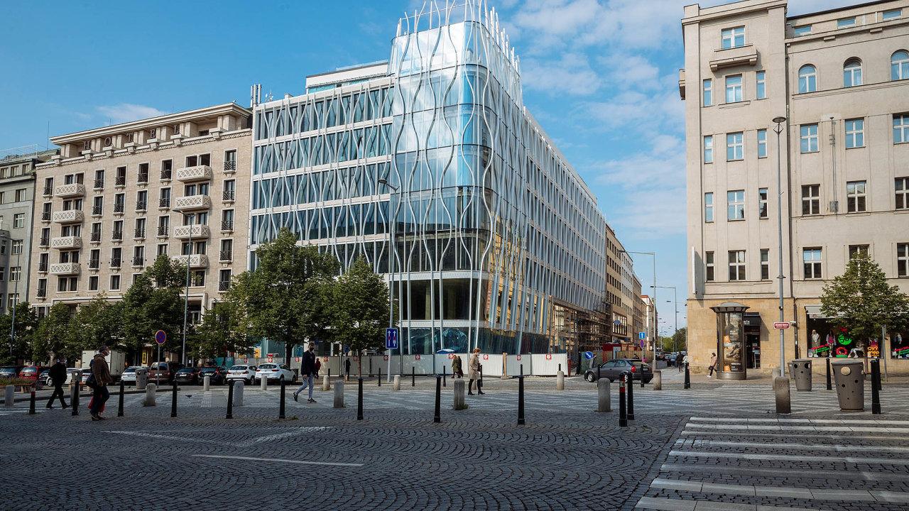 Nová budova Flow Building narohu pražského Václavského náměstí aOpletalovy ulice se zaplňuje nájemníky.