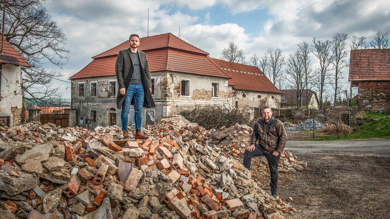 Marcel Gecov aJaroslav Šusta (vpravo) před zámkem vKounicích