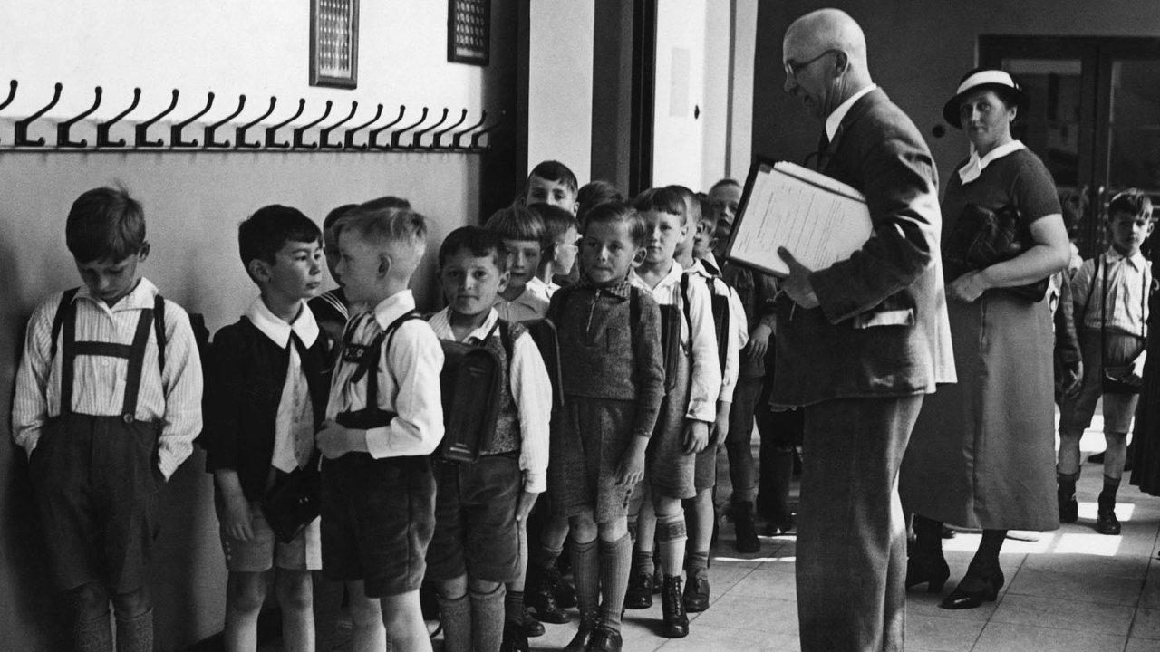 Přísloví - základ vzdělání. Tyto děti určitě věděly, jak chodí kovářova kobyla a kam skáče dobrá hospodyňka. K čemu to ale je těm dnešním?