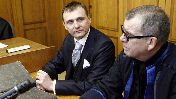 Vít Bárta (vlevo) s advokátem Oldřichem Chudobou u Obvodního soudu pro Prahu 5