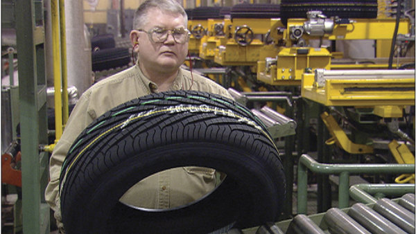 Mnoho pneumatik Goodyear Dunlop m� �patnou p�ilnavost za mokr�ho stavu vozovky - Ilustra�n� foto.