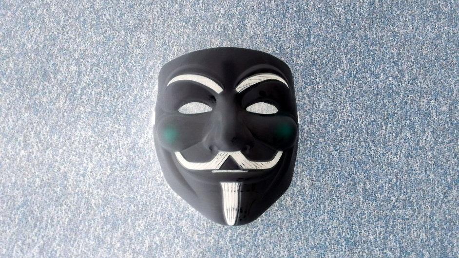 Maska Guye Fawkese spojená s hnutím Anonymous a internetovými útoky