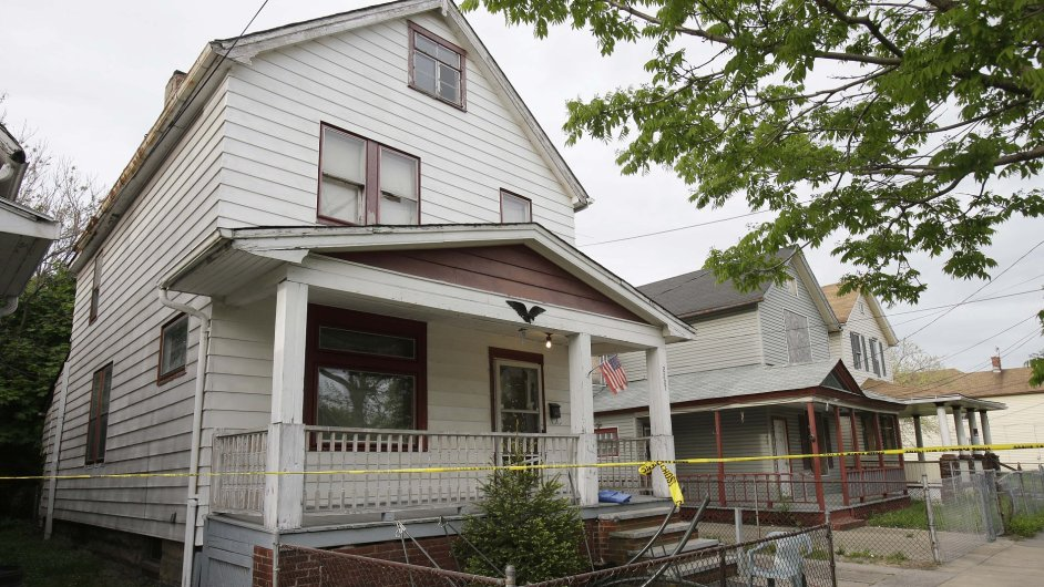 Dům v Clevelandu, kde byly deset let zadržovány tři dívky.