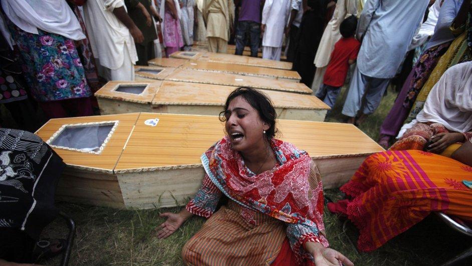 Pakistánská křesťanka pláče nad rakví svého bratra, který zemřel při nedělním teroristickém útoku v Péšávaru.