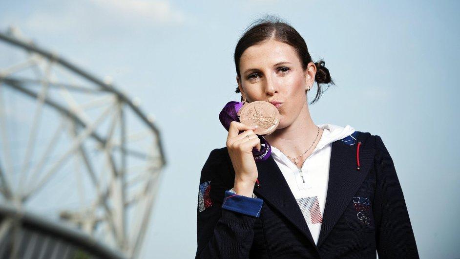 Zuzana Hejnová s olympijskou medailí z Londýna