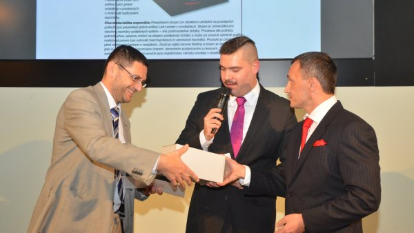 Jednatel společnosti Moris design Radomír Klofáč přebírá cenu pro absolutního vítěze POPAI Awards Central Europe 2013 z rukou Martina Hrdého, ředitele společnosti Freeboard Europe.