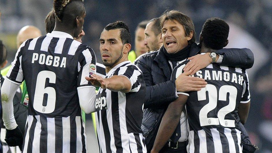 Trenér Antonio Conte (druhý zprava) s hráči Juventusu