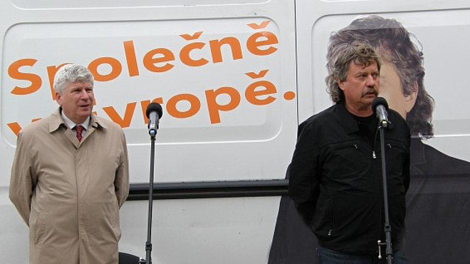 Lídr kandidátky ČSSD Jan Keller při setkání s občany
