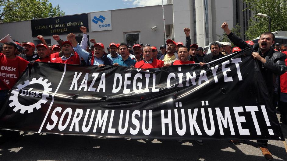 Demonstrace proti pracovním podmínkám v dolech v Turecku.