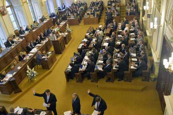 Poslanci při hlasování Poslanecké sněmovny o služebním zákonu.