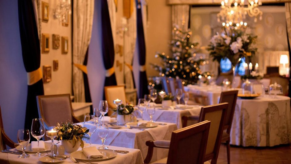 Vánočně vyzdobená restaurace Piano Nobile.