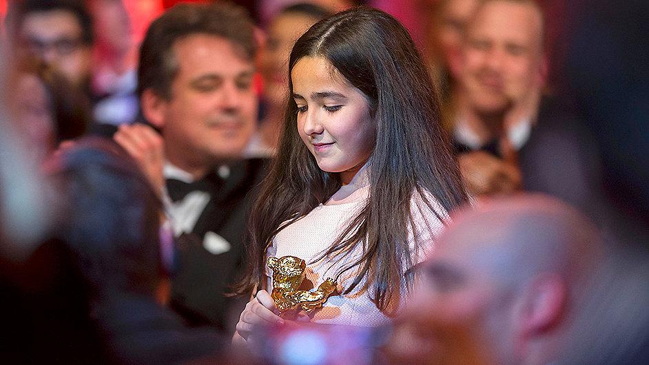 Neteř režiséra Džafara Panahího za něj přebírá hlavní cenu na Berlinale.