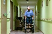 Pomalejší odchod: Díky pokroku v medicíně se lidé dožívají vyššího věku než dřív. Stárnou proto dlouho a umírají pomaleji.