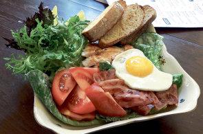 Majstrštyky českých restaurací: Caesar salát v karlínském Peter's Burger Pub se speciální zálivkou