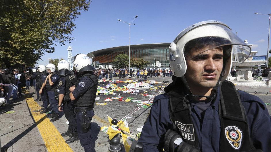 Turečtí policisté stráží v Ankaře oblast, kde došlo k bombovému útoku.