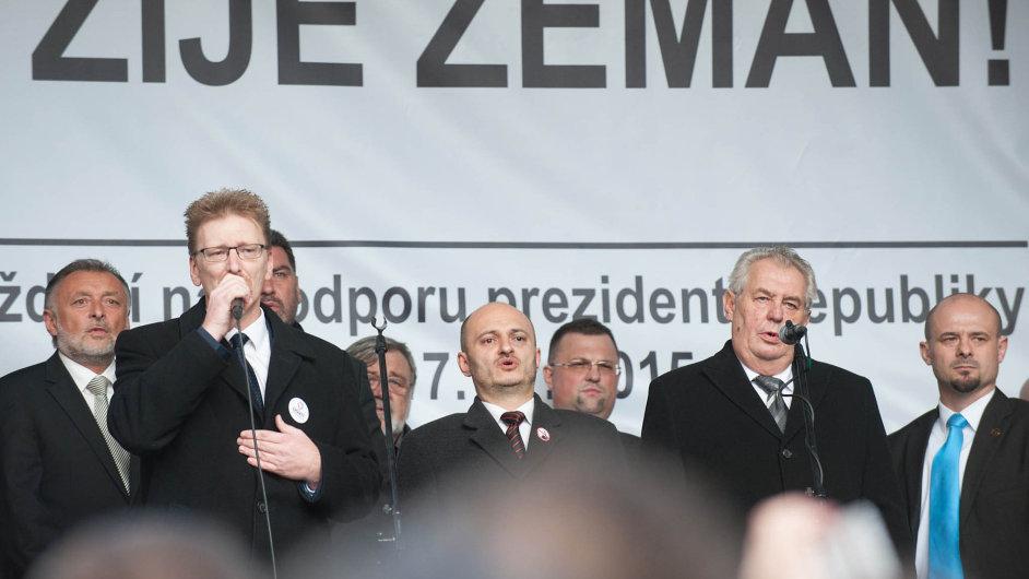 Při Zemanových slovech sním najednom pódiu stáli kazatelé islamofobie vČesku. Vzpomínka na17.listopad 1939 a1989 se ocitla mimo střed zájmu.