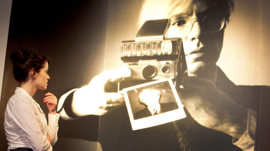 Nasnímku zvýstavy vDüsseldorfu z roku 2012 je portrét Andyho Warhola spolaroidem, který nafotil Oliviero Toscani, známý kampaněmi pro italskou firmu Benetton.