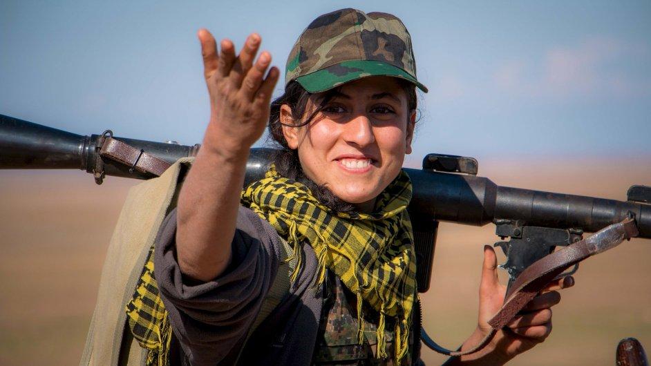 Kurdská bojovnice z Lidové obranné jednotky.