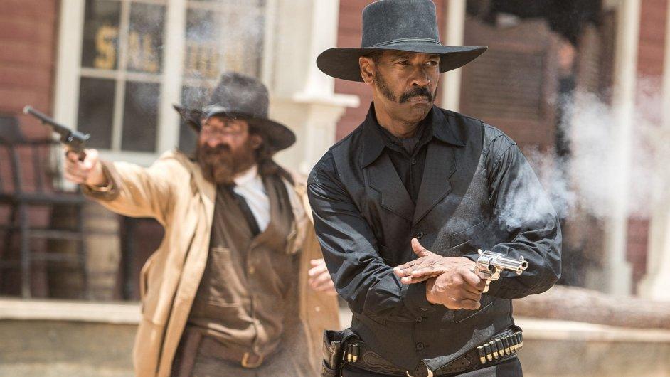 Remake filmu Sedm statečných s Denzelem Washingtonem (na snímku vpravo) přijde do českých kin 22. září.