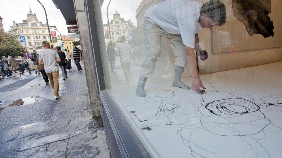 Výtvarník Petr Nikl za okny pražské Galerie Václava Špály během pondělní vernisáže stvořil novou kresbu.