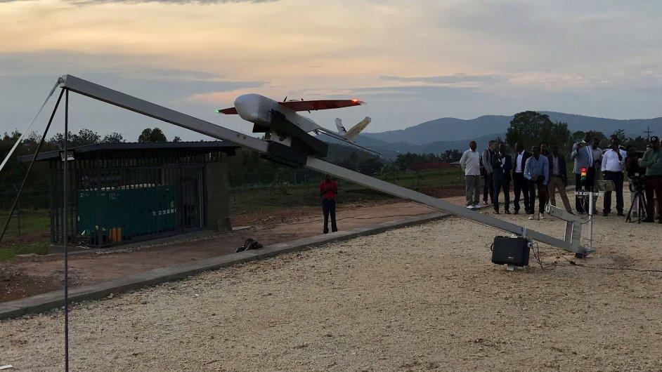 Start bezpilotního letounu se zásilkou krevní transfúze