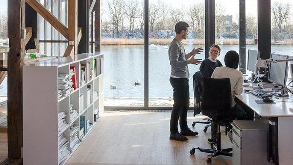 Komunikace se zaměstnanci je při stěhování či rekonstrukci kanceláří zásadní. Fotografie pochází z kanceláří architektonického studia 3XN v Kodani.