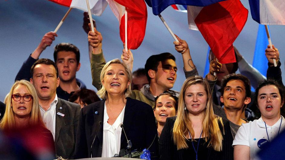 Nejisté vyhlídky. Mladé voliče žene donáruče Le Penové nedostatek pracovních míst iztráta jistot, naněž byli zvyklí jejich rodiče.