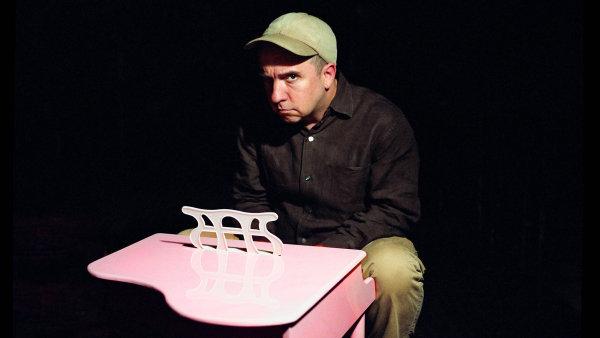Stephin Merritt nasnímku zdokumentárního filmu Strange Powers.
