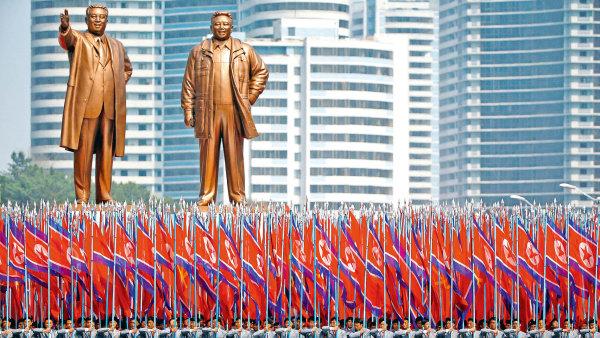 Vojáci s vlajkami na sobě mají uniformy severokorejské univerzity