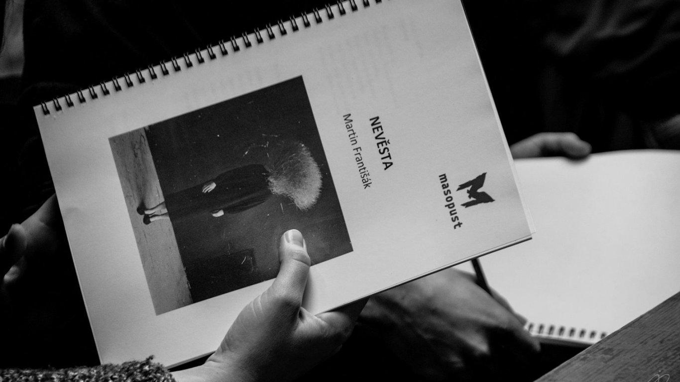 Snímek pochází ze zkoušek inscenace Nevěsta.