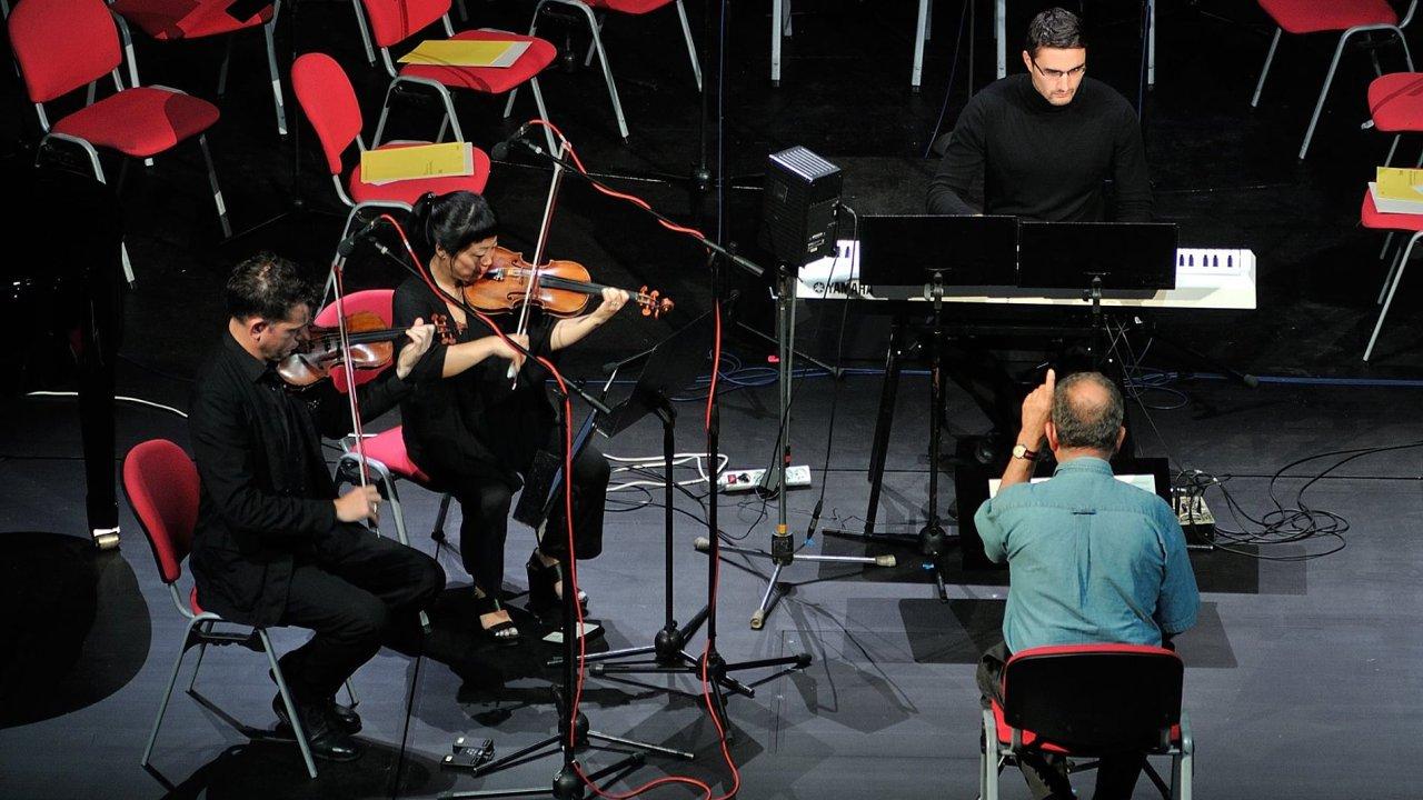 Houslisté Conrad Harris a Pauline Kim Harrisová s klávesistou Miroslavem Beinhauerem zahráli dvacetiminutové proměňování krátké řady tónů Philipa Glasse bez výpadku.