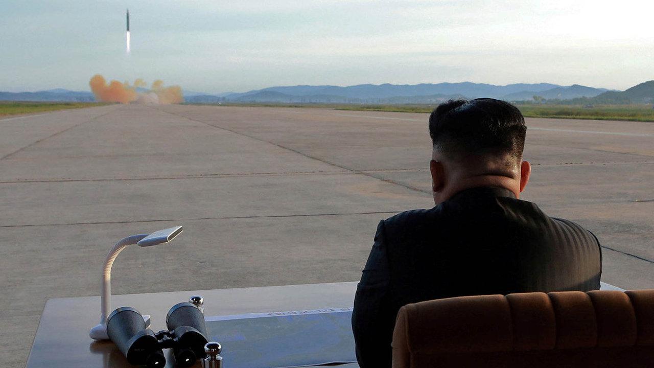 Kim Čong-un chce mít jaderné zbraně za každou cenu, aby si zajistil nezranitelnost a vyhnul se osudu iráckého diktátora Saddáma Husajna či libyjského vůdce Muammara Kaddáfího, které Západ odstranil.