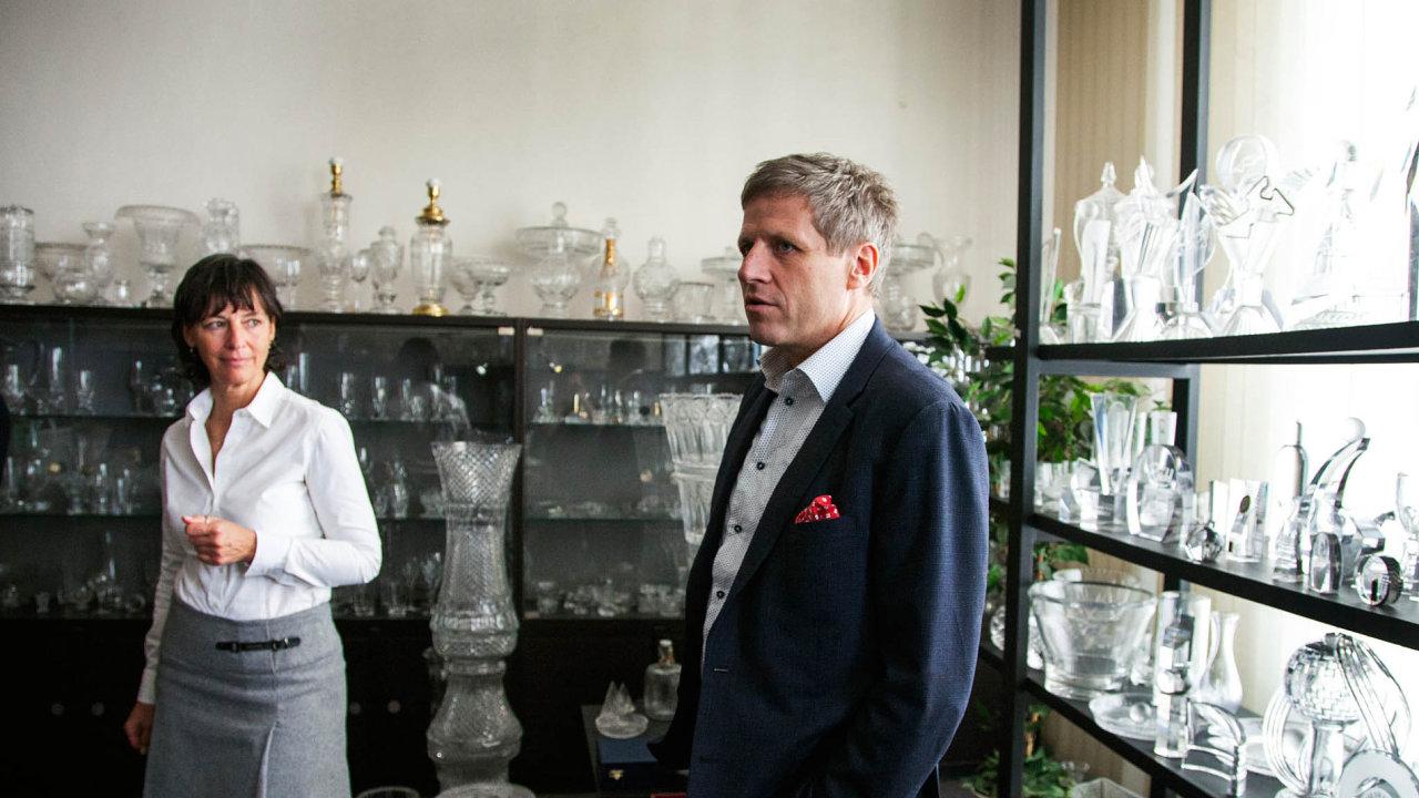 Ředitelka skláren Simona Prokopová (za svobodna Rücklová) a majitel Martin Wichterle v sále, který mapuje průřez historií výroby značky Rückl.