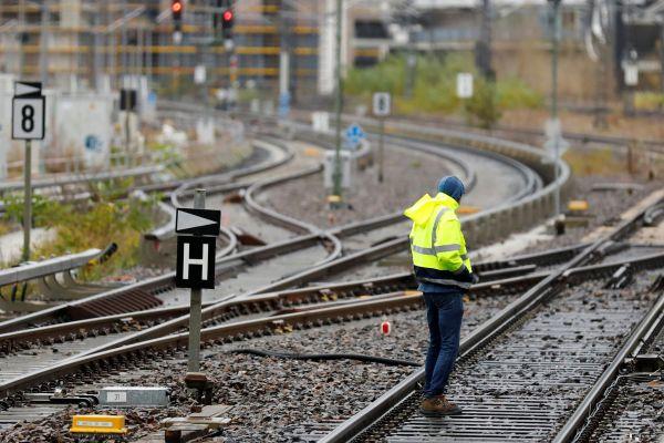 Muž kontroluje koleje na nádraží Ostbahnhof v Berlíně. Kvůli silnému větru a bouři je v některých částech Německa přerušen provoz vlaků