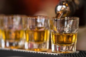 Když se rum spojí s charitativním Movemberem. Jak si prémiový alkohol vychutnat, poradil venezuelský mistr