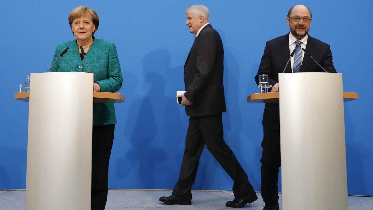 Kancléřka Angela Merkelová z Křesťansko-demokratické unie, lídr partnerské Křesťansko-sociální unie Horst Seehofer a šéf sociálních demokratů Martin Schulz po koaličním jednání.