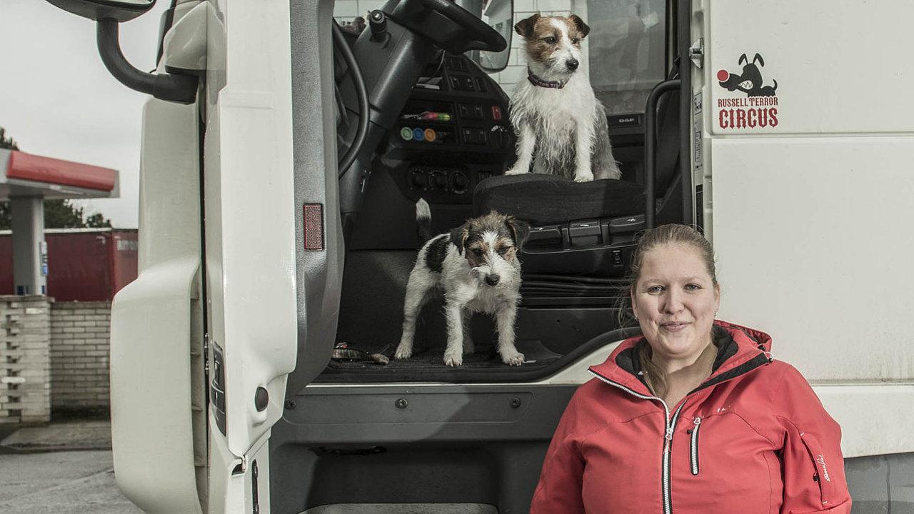 Jana Duchoslavová vyrostla v truckerské rodině. Bylo tak nasnadě, že i ona začala řídit svůj kamion.