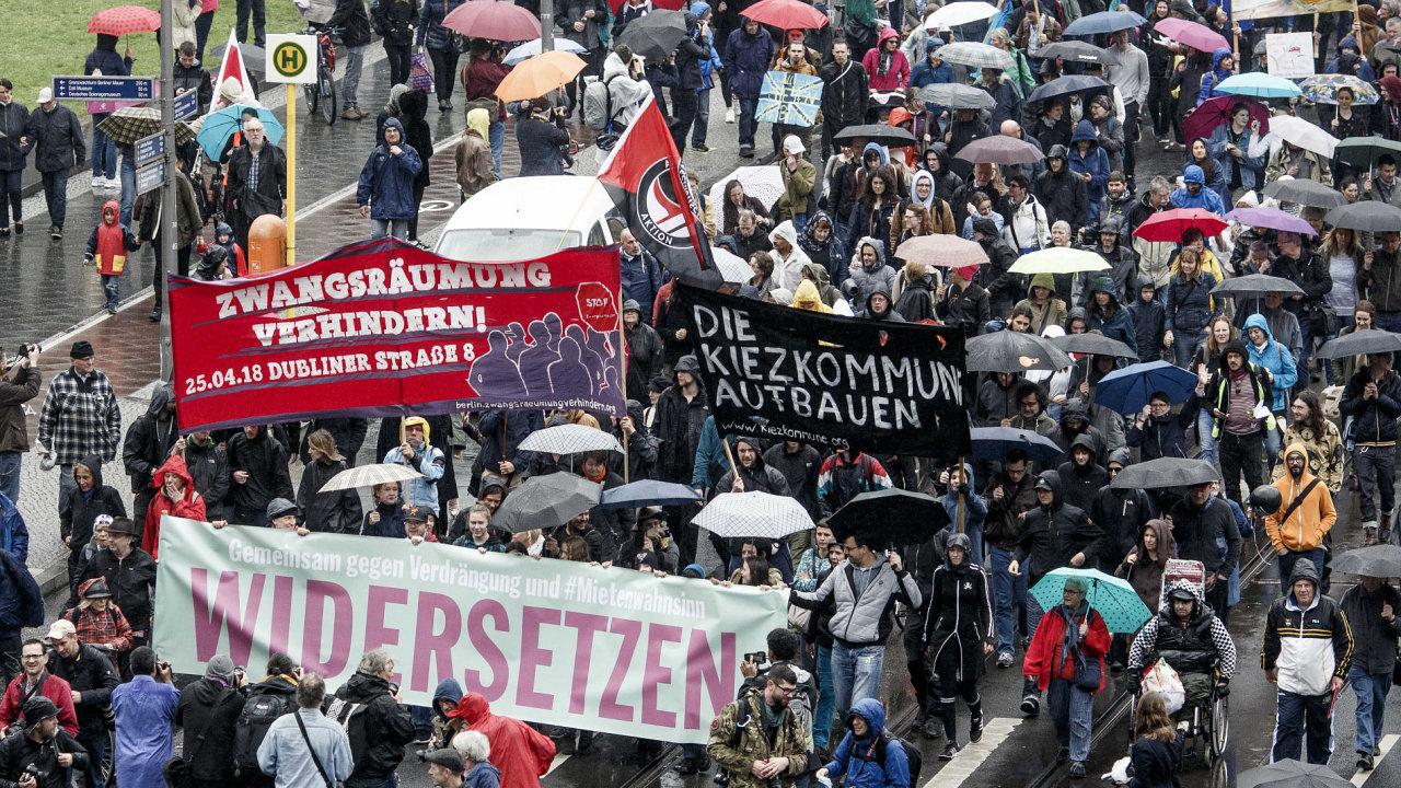 Lidé v Berlíně protestovali proti růstu nájemného.