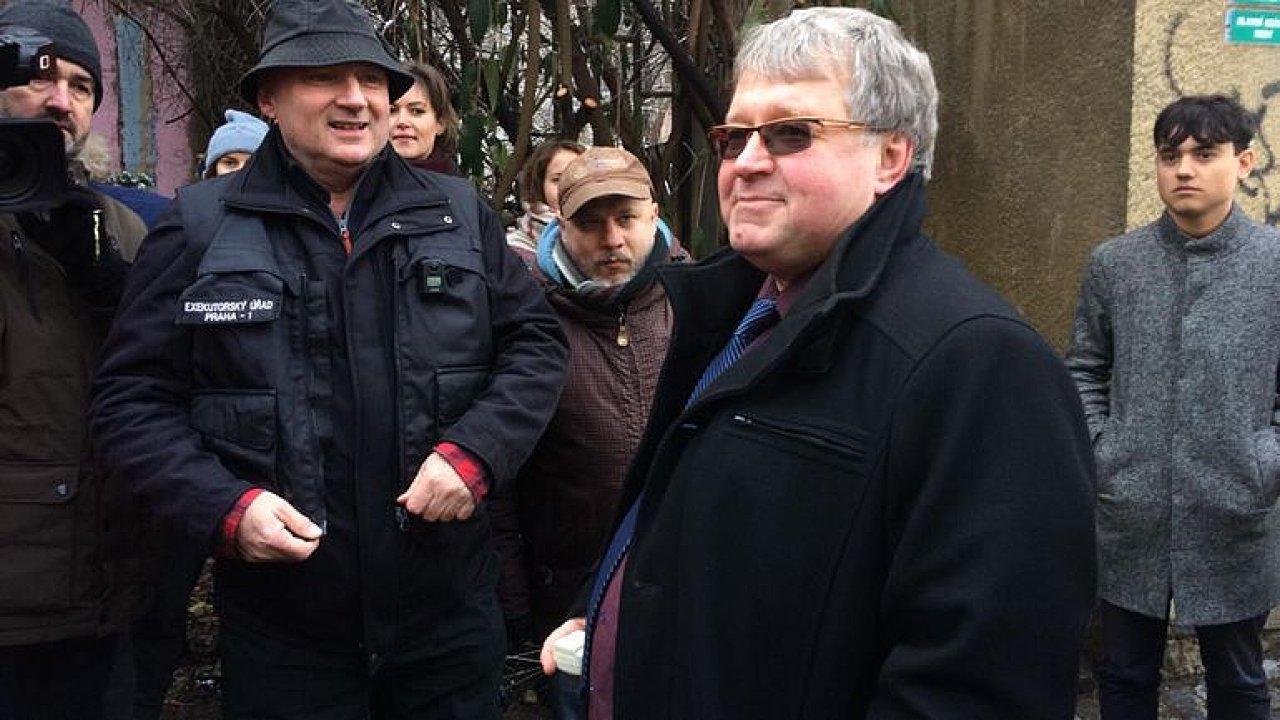 ŽIVĚ: Aktivisté blokují vstup do centra Klinika. Exekutor zavolal na pomoc policii