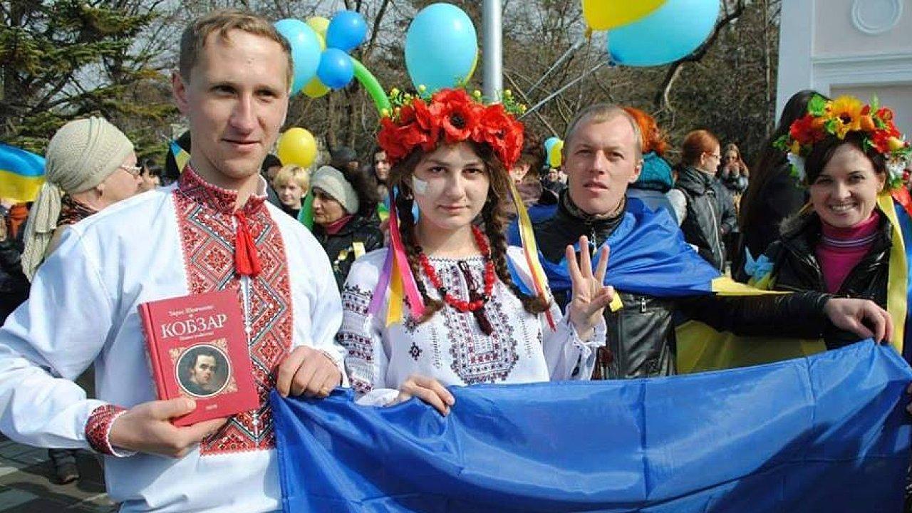 Myhajlo Batrak (na fotografii druhý zprava) rozjel iniciativu Krymský proces.