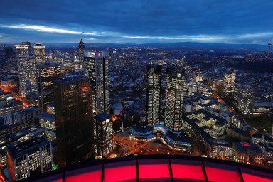 """Hrdá dominanta. Největší německá banka Deutsche Bank si vroce 1984 vefinanční čtvrti Frankfurtu nad Mohanem postavila """"DB-Hochhaus"""", složený zedvou věží vysokých 155 metrů."""