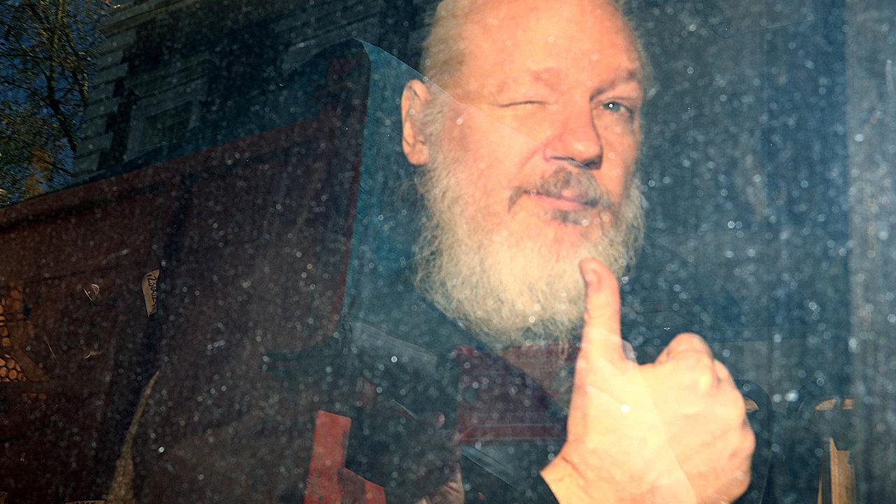 Sedm let nazáchodě: Julian Assange žil naekvádorské ambasádě vLondýně vmístnosti, která předtím sloužila jako toaleta. Nasnímku je zachycen jeho převoz policejním vozem ksoudu.