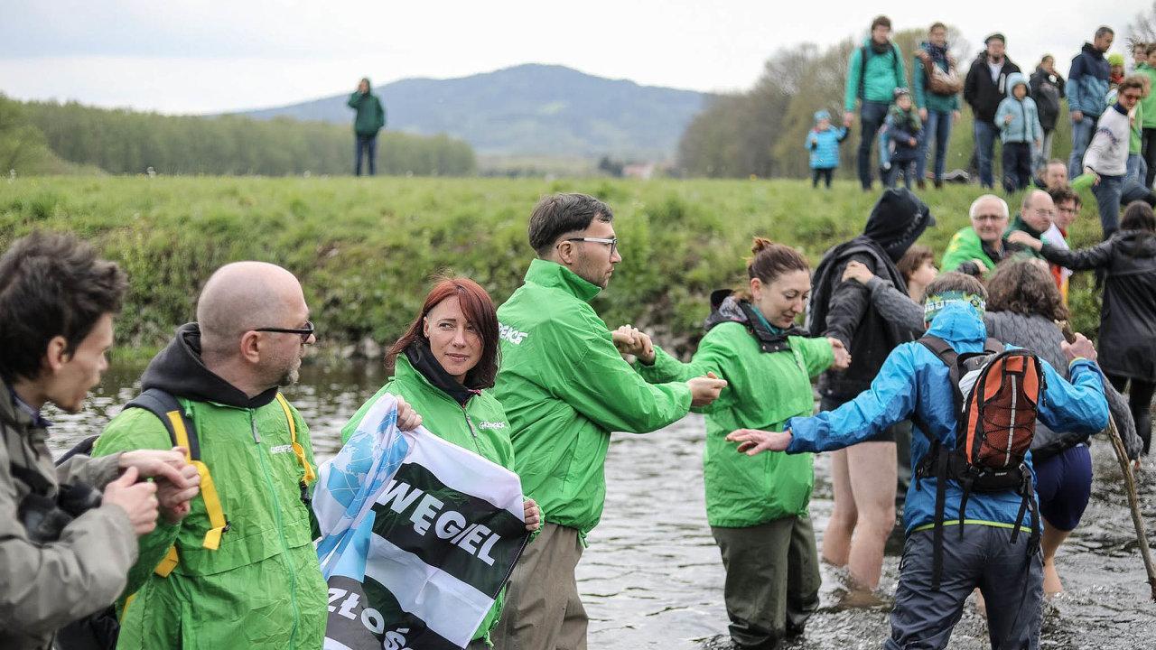 Nakonci dubna se poblíž dolu Turów sešly stovky Čechů, Němců aPoláků. Naprotest proti rozšiřování těžby vytvořili lidský řetěz, který propojil všechny tři země.