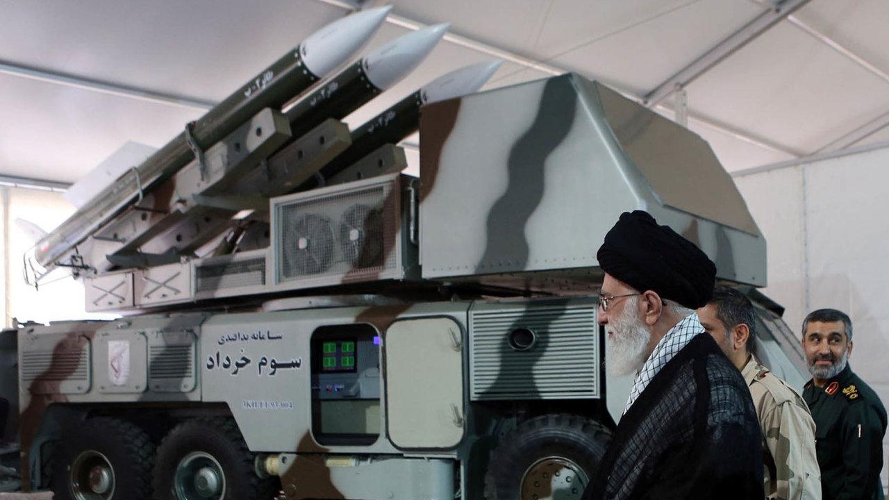 Mám to pevně vrukou. Ajatolláh Alí Chameneí, nejvyšší duchovní vůdce, ovládá spomocí Revolučních gard klíčová odvětví íránského hospodářství.