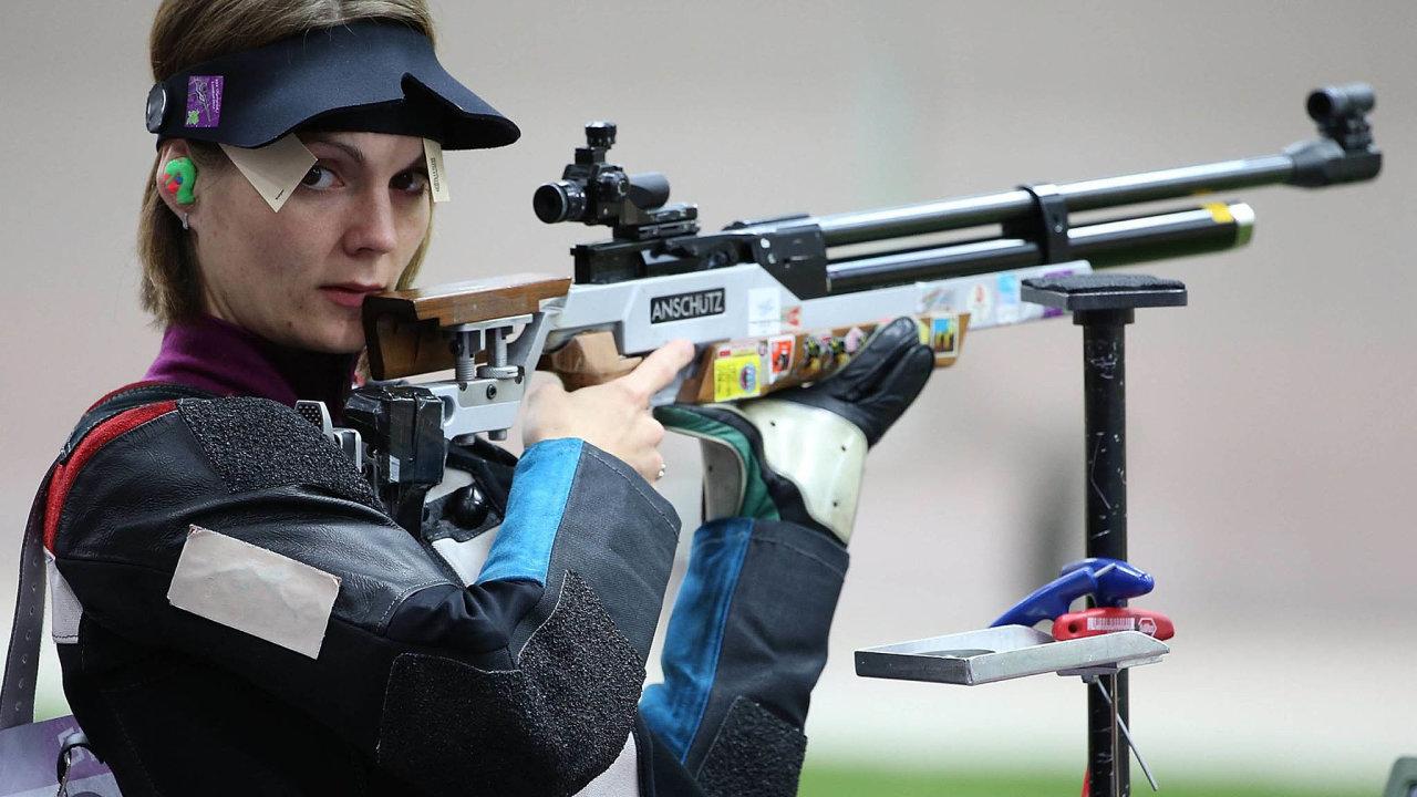 Trojnásobná olympijská medailistka Kateřina Emmons má příjmení v mužské podobě kvůli tomu, že se provdala za amerického sportovního střelce Matta Emmonse.