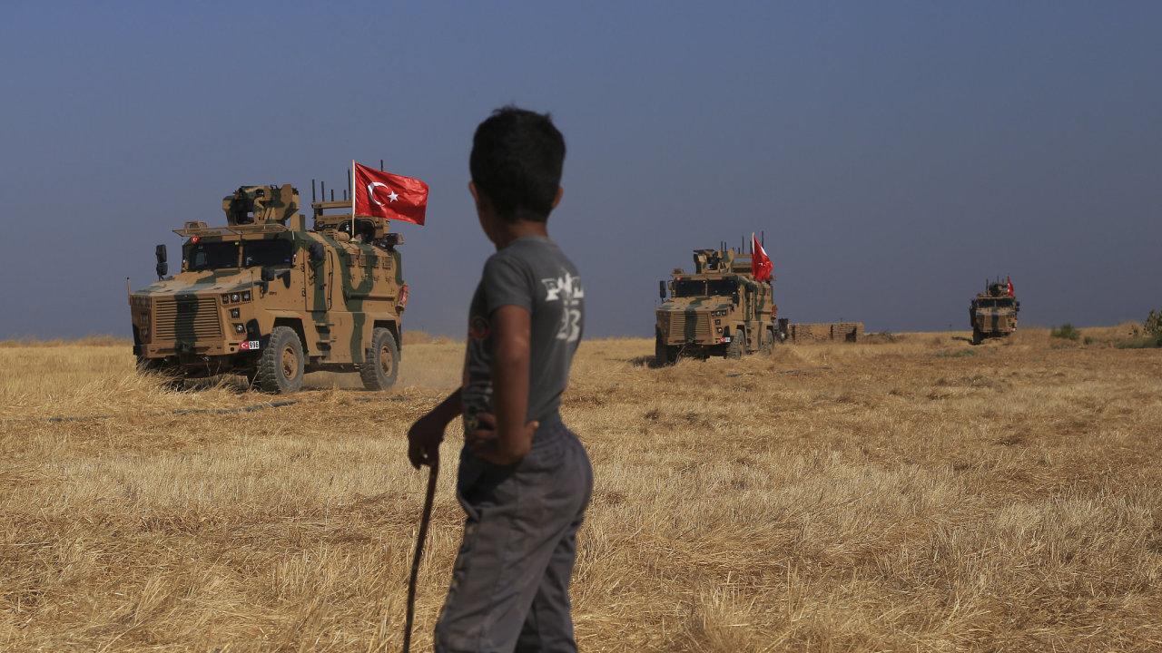 Turecká obrněná vozidla hlídkují, když vedou společnou pozemní hlídku s americkými silami v tzv.