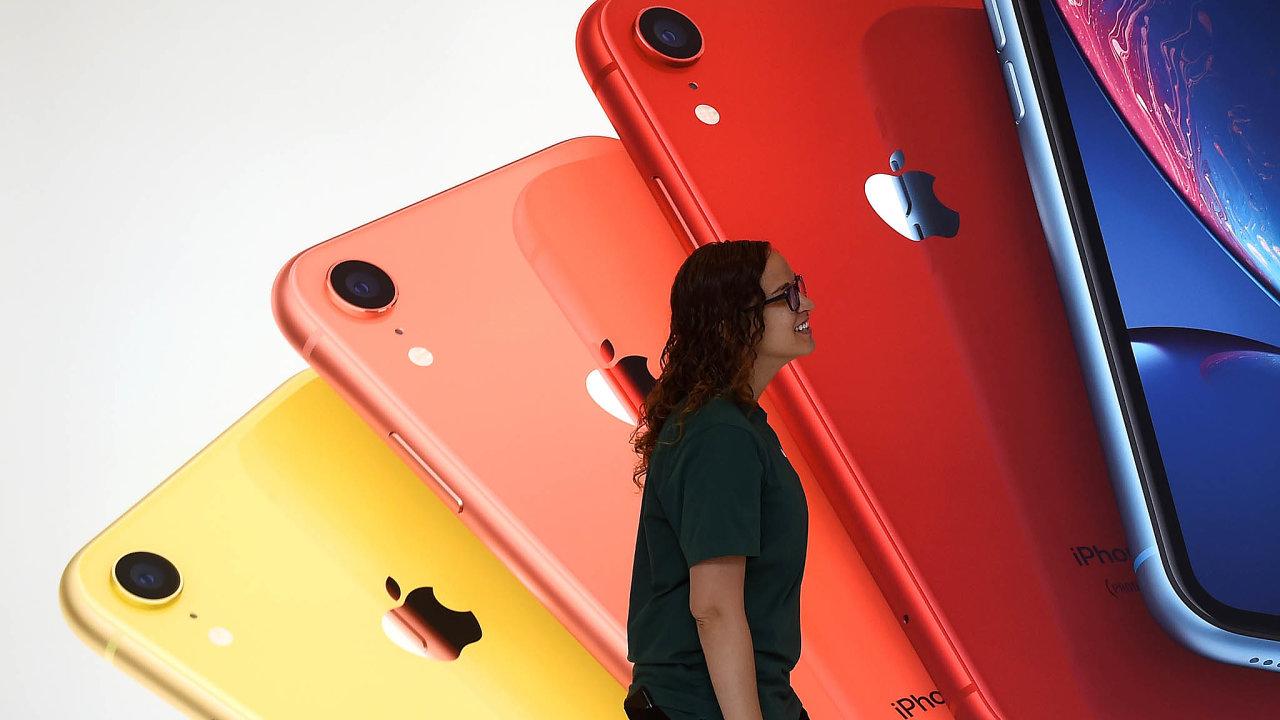 Apple slaví, v příštím roce mu mají růst tržby díky průniku do střední třídy. Z problému Huaweie se těší Samsung, jehož mobilní divize zaznamenala velké úspěchy.