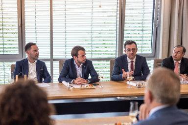 Investice v Kosovu: Mergim Cahani během setkání se zástupci kosovské vlády v sídle Rockaway, po jeho pravé ruce sedí Jakub Havrlant, majitel a CEO Rockaway.