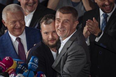 Andrej Babiš dal děkovný polibek svému marketingovému expertovi, který se vždy veřejnosti stranil.